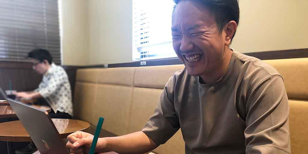 笑顔で話す谷村